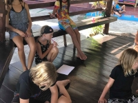Samling Elever visar experiment och de andra skriver laborationsrapport