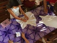 Storsamling Batik snurra t-shirten före gummiband