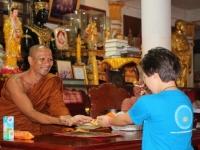 33 Möte med munkar