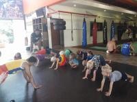 Lomaa testar på thaiboxning.