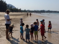 Chang leker lekar på stranden