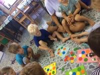 Chang spelar ballongspel, där vi får lära oss färger på thailändska.