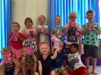 Barnklubben har tillverkat pennställ av kartonger.
