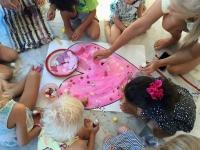 Barnklubben dekorerar ett hjärta på storsamlingen.