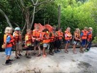 Nåck och Tao gör sig redo för en båttur i mangroven.