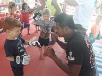 Höger och vänster hand får jobba när Looma testar på thaiboxning