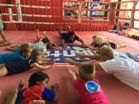 Barnen på chang sträcker ut sina kroppar efter thaiboxningen