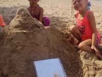 Looma bygger en munk i sanden efter ritning.