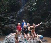 Thaitema djungelutflykt bad i det lilla lilla vattenfallet