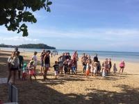 Förskolan och Förskoleklass har storsamling på stranden.