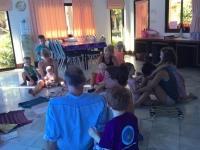 Storsamling i barnklubben, barnen blir masserade och ger föräldrarna massage.