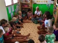 Barnklubben besöker looma och har sångsamling.
