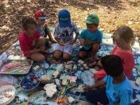 Förskolan skapar med återvinningsmaterial.