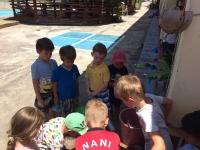 Fyller på vatten till vattenlek på skolgården.