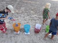 Förskolan/Förskoleklass samlar skräp på stranden.