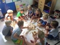 Förskoleklass bygger torn med kaplastavar.